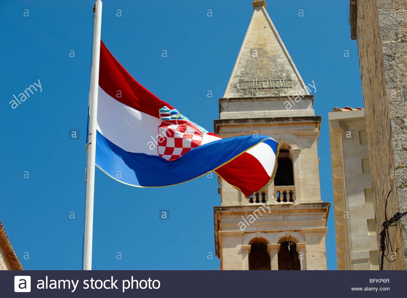 Il croato bandiera nazionale, porto di Supetar, isola di Brac, Croazia Immagini Stock