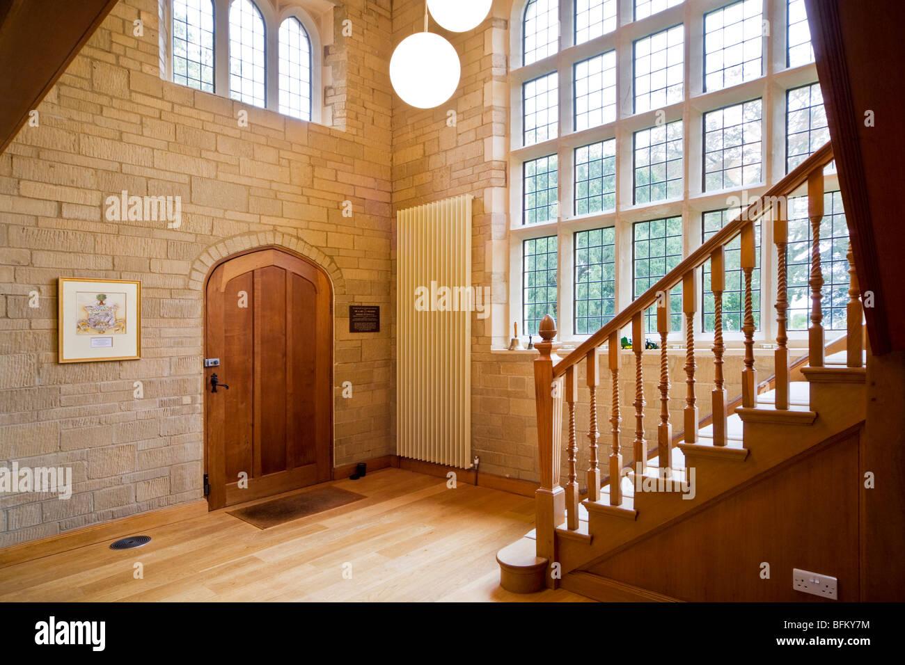 In legno della porta di ingresso e la scala di pietra e corridoio