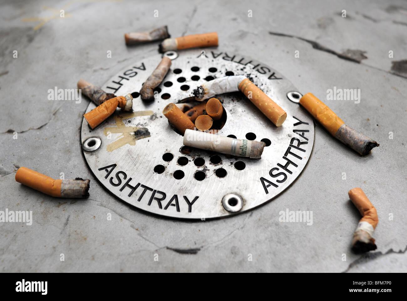 Da Parete Cenere Bidone Posacenere Vassoio Esterno Sigarette FAG Secchio Pub Box