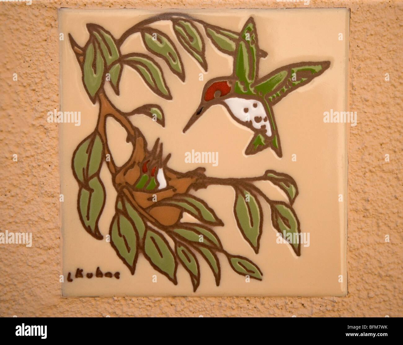 Piastrella ceramica con ronzio uccello e nido di neonati Immagini Stock