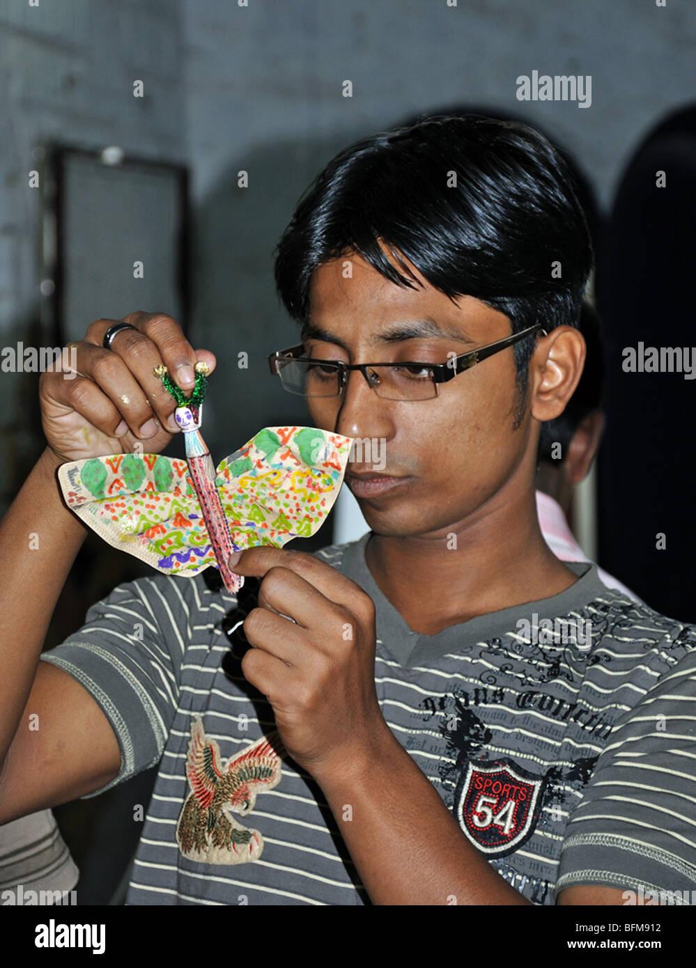 Un workshop di bollitore per caffè filtro Farfalle con adolescenti all'Rajarhat centro vicino a Kolkata Immagini Stock