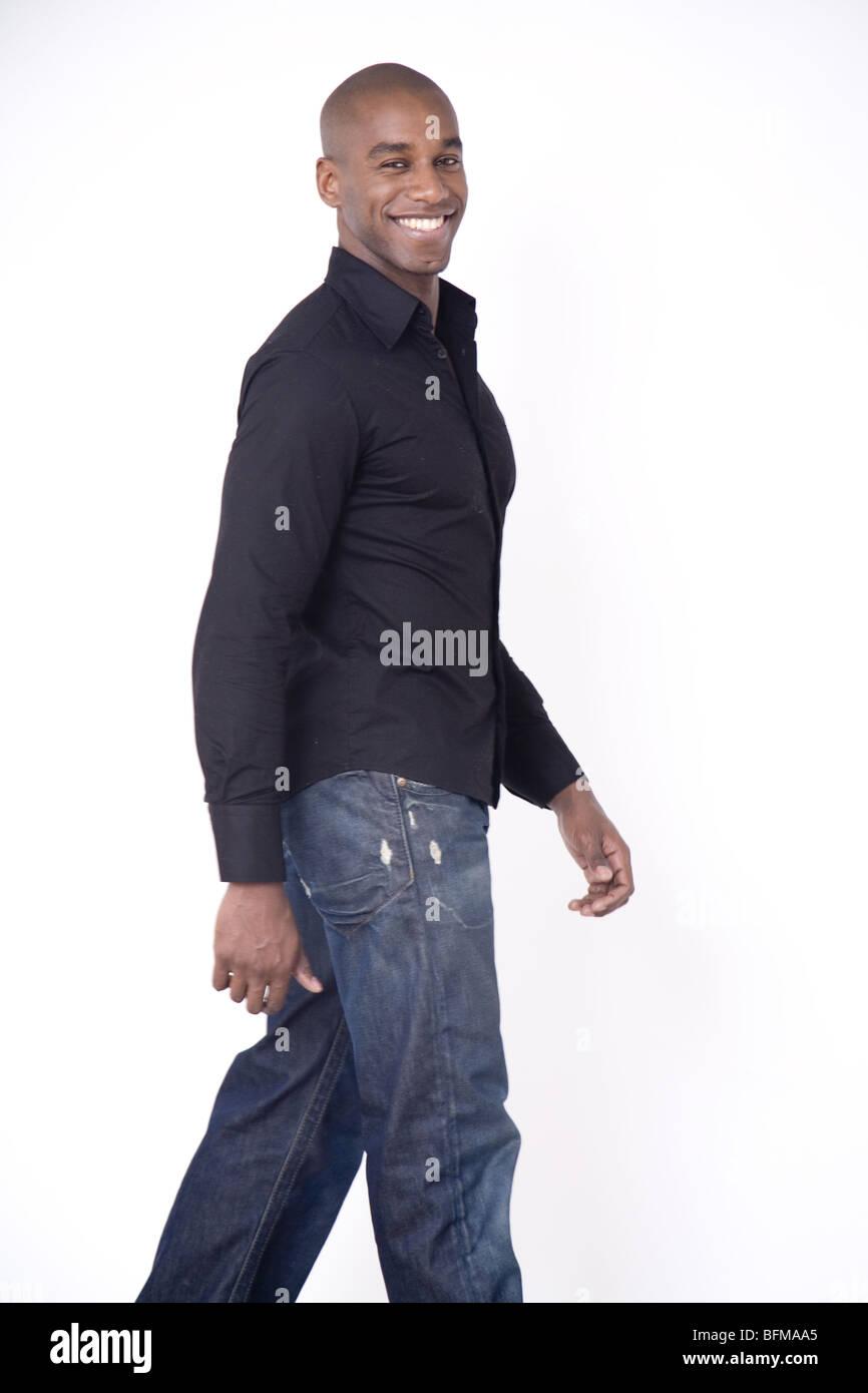 Giovani felici di pelle scura ragazzo africano solo a piedi Immagini Stock