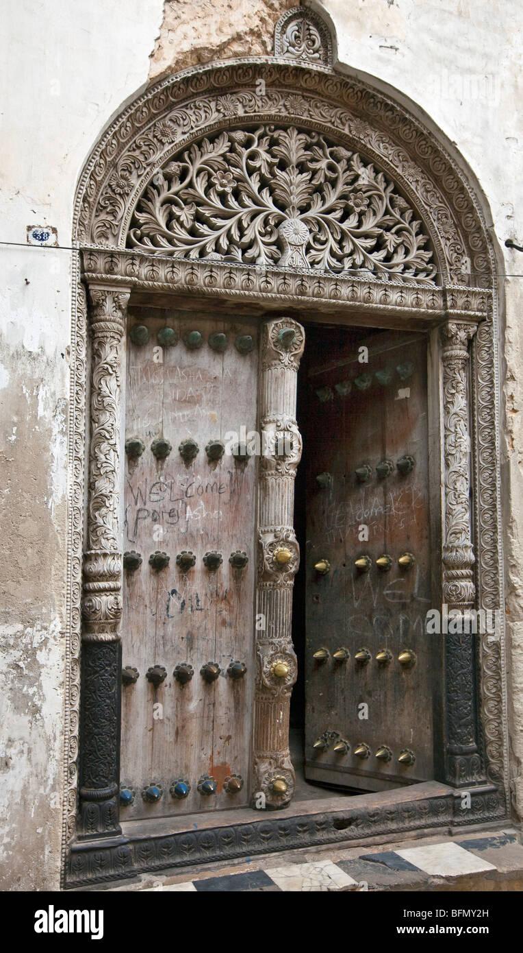 Tanzania, Zanzibar Stone Town. Porta di una casa che appartenne a Tippu Tip, il più ricco di Zanzibars tardo Immagini Stock