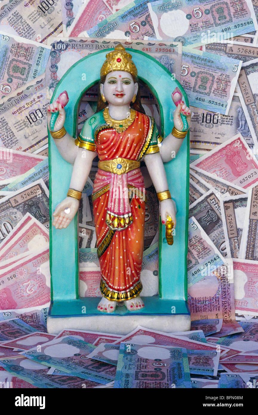 BDR 60857 : Dea della ricchezza marmo Laxmi idolo con denaro indiano moneta note Immagini Stock