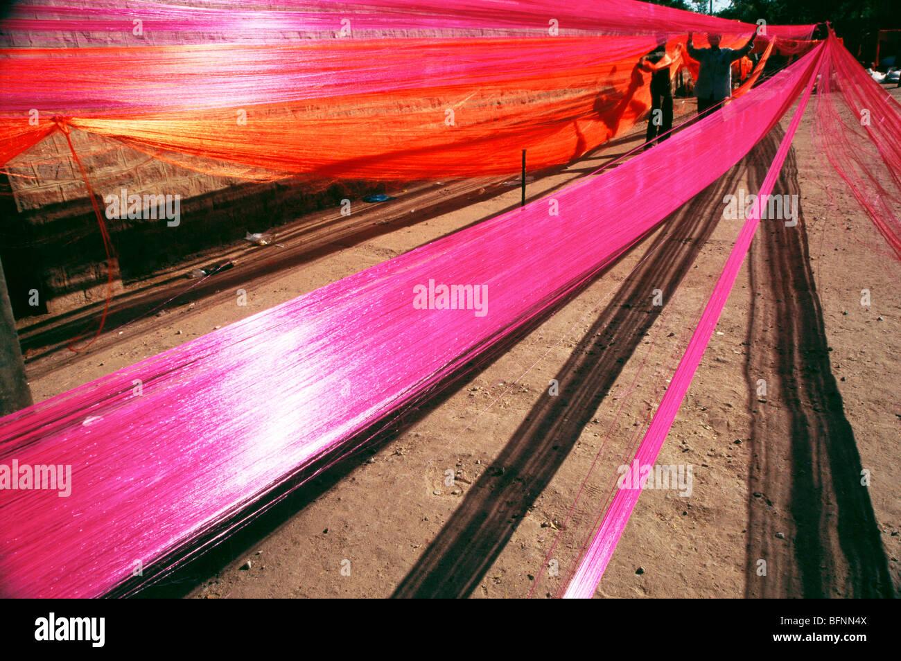 La preparazione di filo di seta tessuto garland ; jodhpur ; Rajasthan ; India Immagini Stock