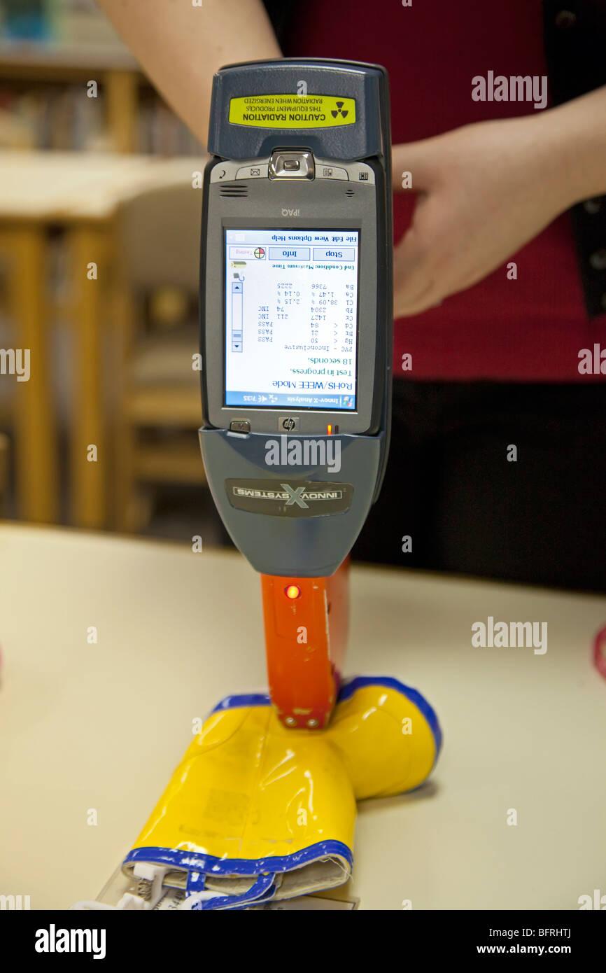 Test per il piombo e altri materiali tossici nei giocattoli per bambini Immagini Stock