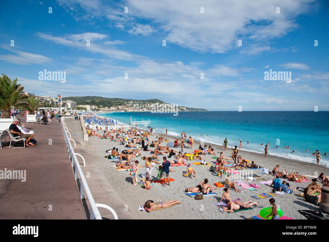 Spiaggia accanto al Promenade des Anglais, Nizza, Provenza, Francia Immagini Stock