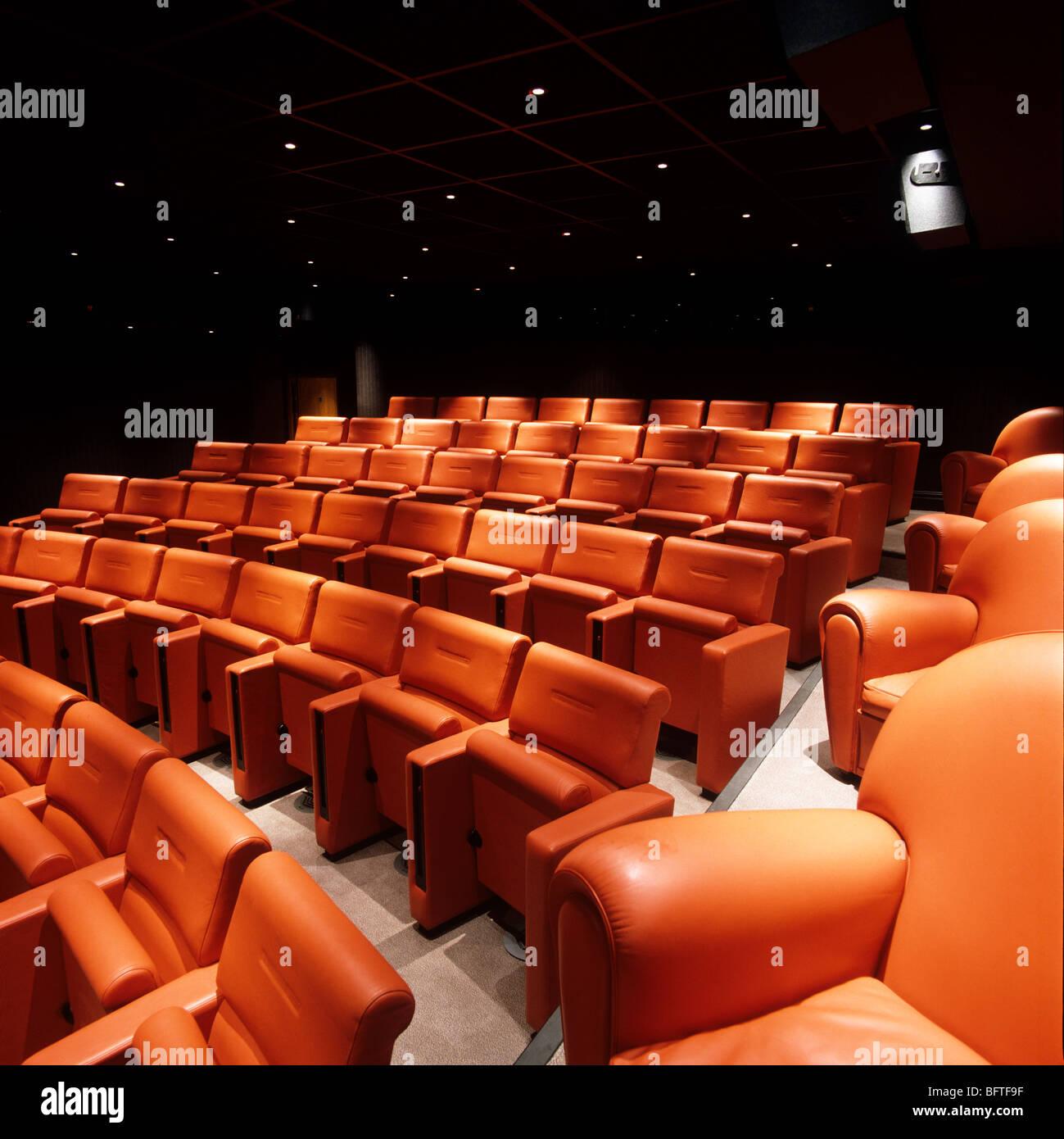 Posti a sedere pubblico disegnati da Poltrona Frau presso la visualizzazione privata del cinema di Charlotte Street Immagini Stock