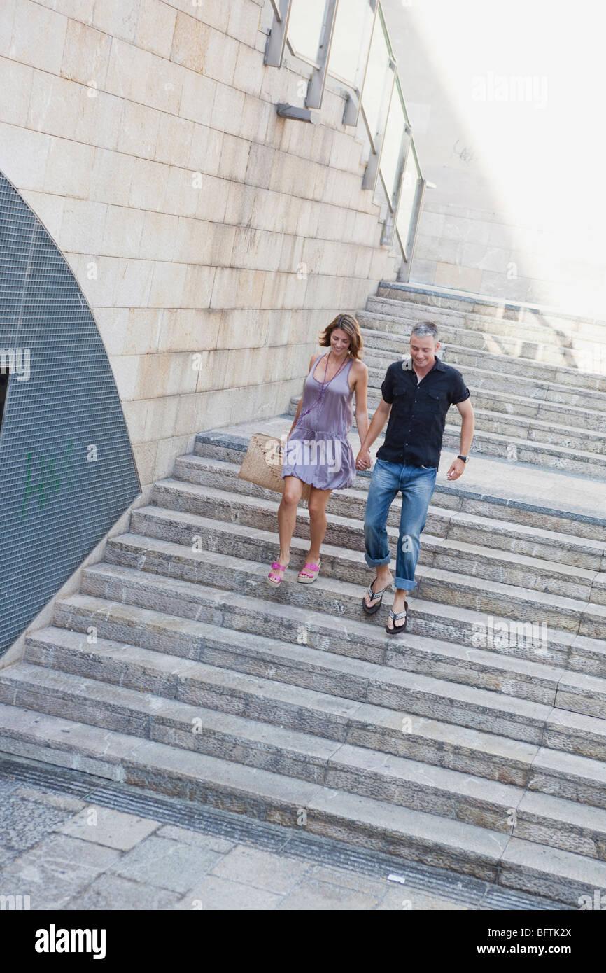 Giovane correndo giù per le scale Immagini Stock