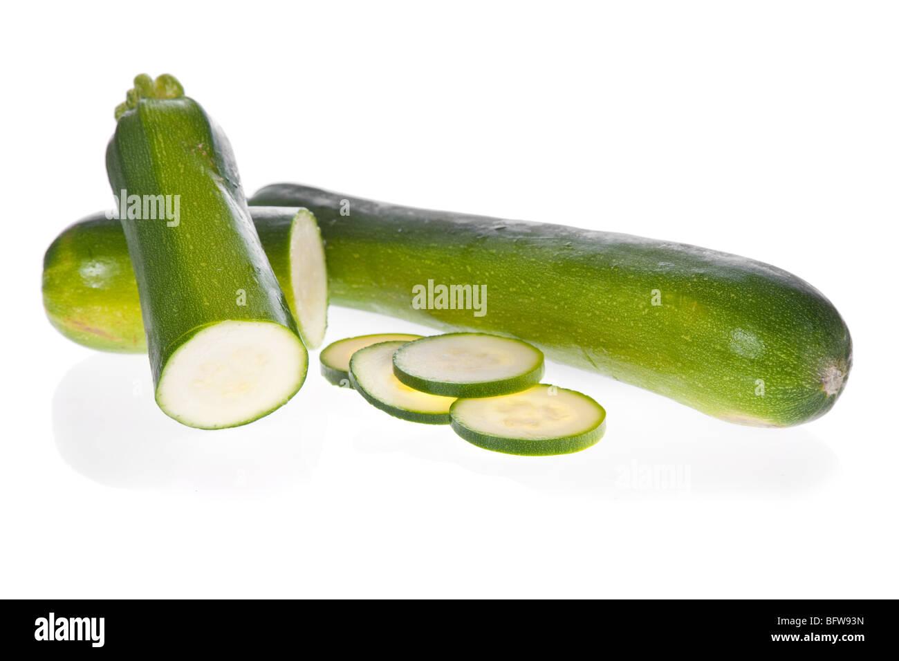 Le fette di zucchine zucchine o isolati su sfondo bianco Immagini Stock