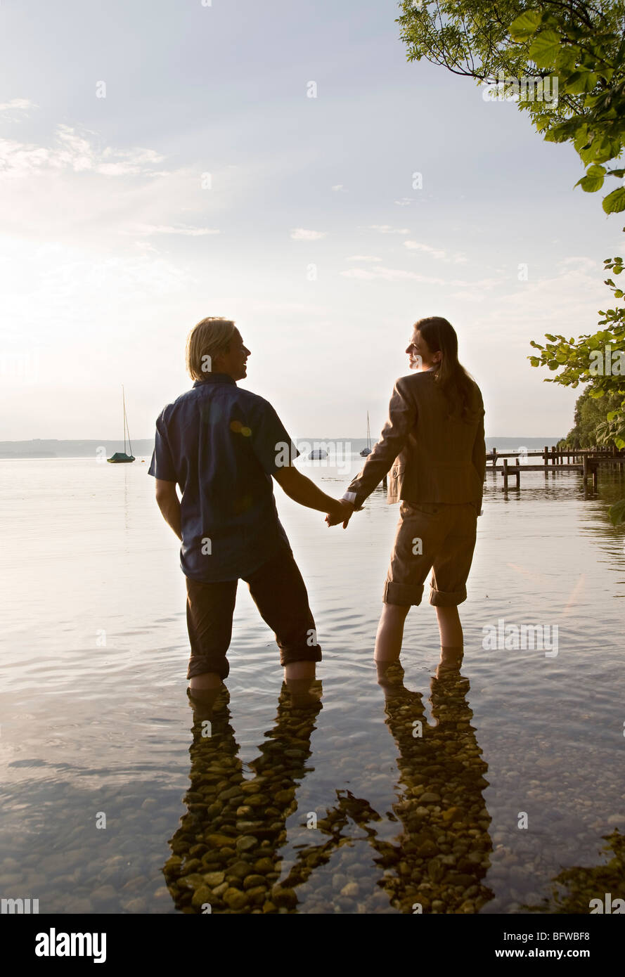 Donna e uomo in piedi nel lago Foto Stock