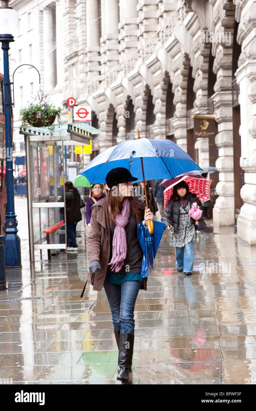 Piove su Regent Street, Londra, Inghilterra, Regno Unito Immagini Stock