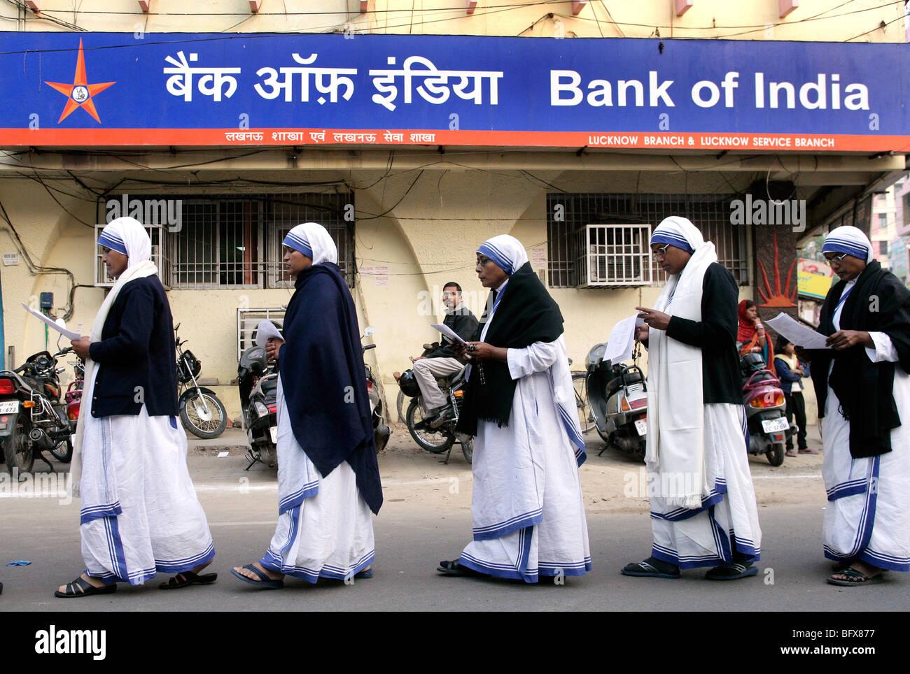 - Le suore della Congregazione delle Missionarie della Carità (Madre Teresa sorelle) passando un brunch della Immagini Stock