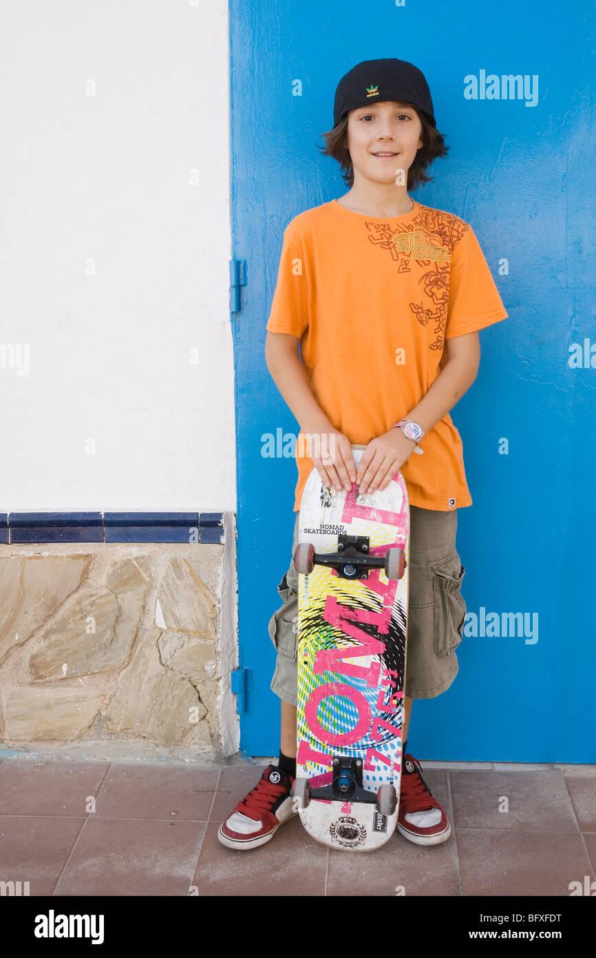 Ragazzo con skateboard. Immagini Stock