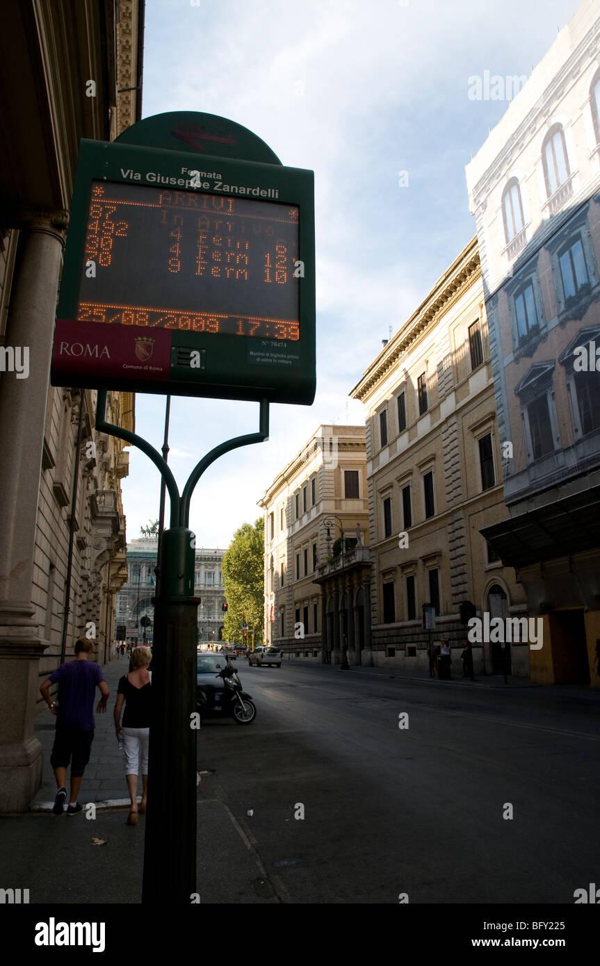 Fermata bus con firma elettronica. In questo segno si possono vedere le linee bus un tempo i suoi autobus arriva. Immagini Stock