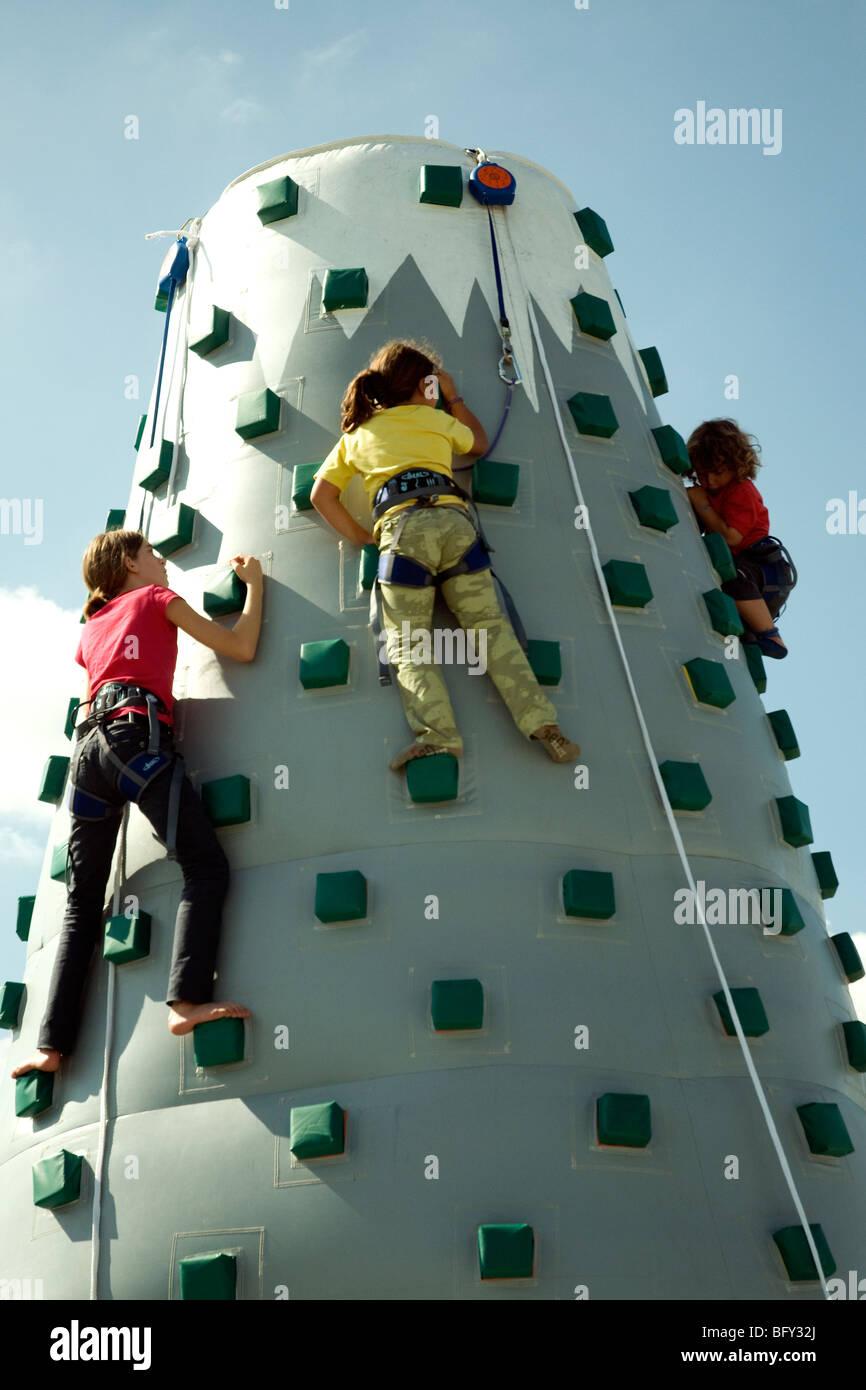 Arrampicata rimbalzanti mountain a 7 metri di altezza prove di abilità per bambini in una fiera agricola in Immagini Stock