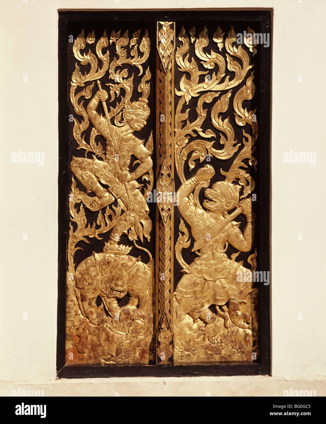 Porte al tempio thailandese, Lampang, Thailandia, Sud-est asiatico, in Asia Immagini Stock