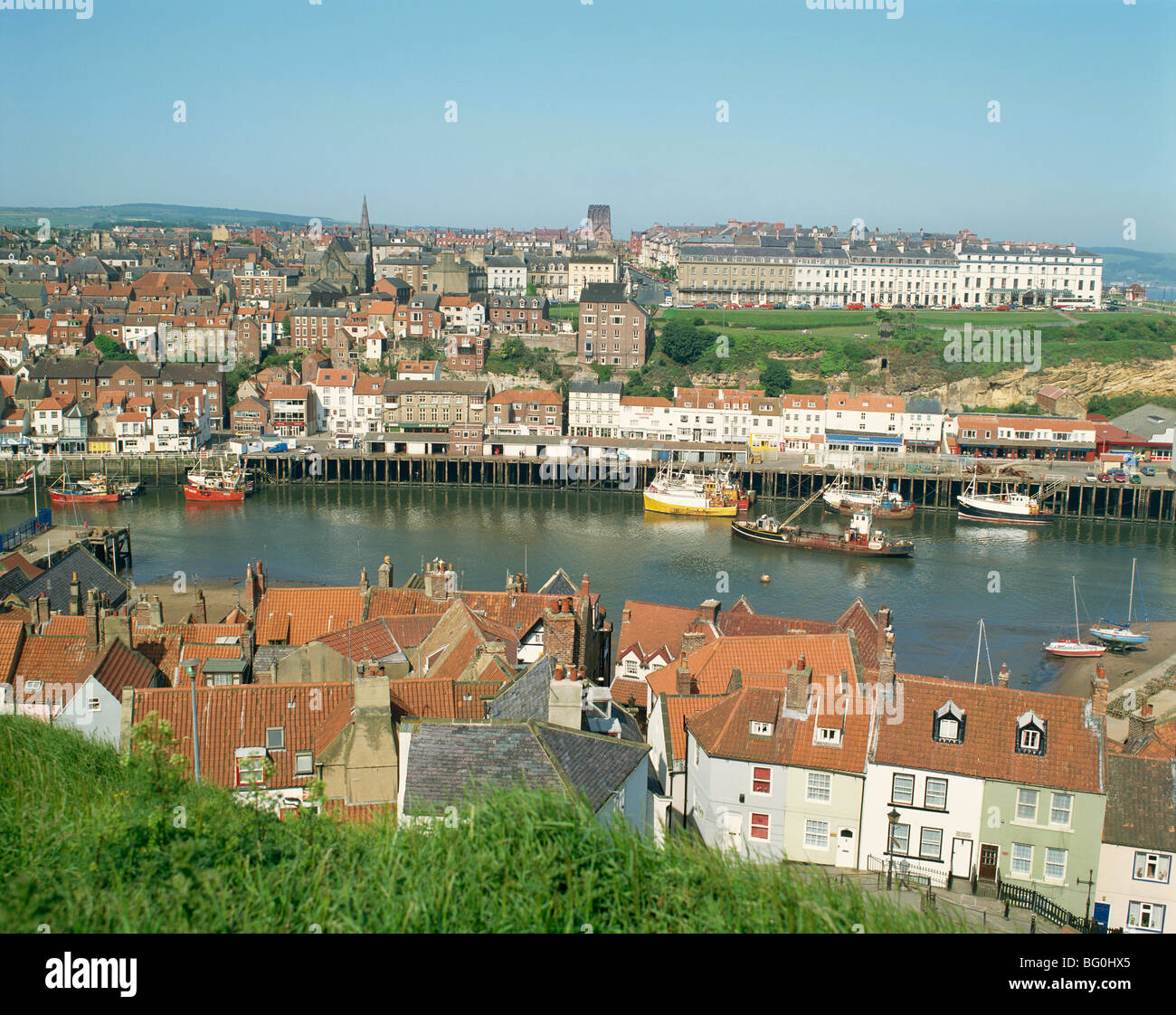 Vista su Whitby da la Pieve di Santa Maria, North Yorkshire, Yorkshire, Inghilterra, Regno Unito, Europa Foto Stock