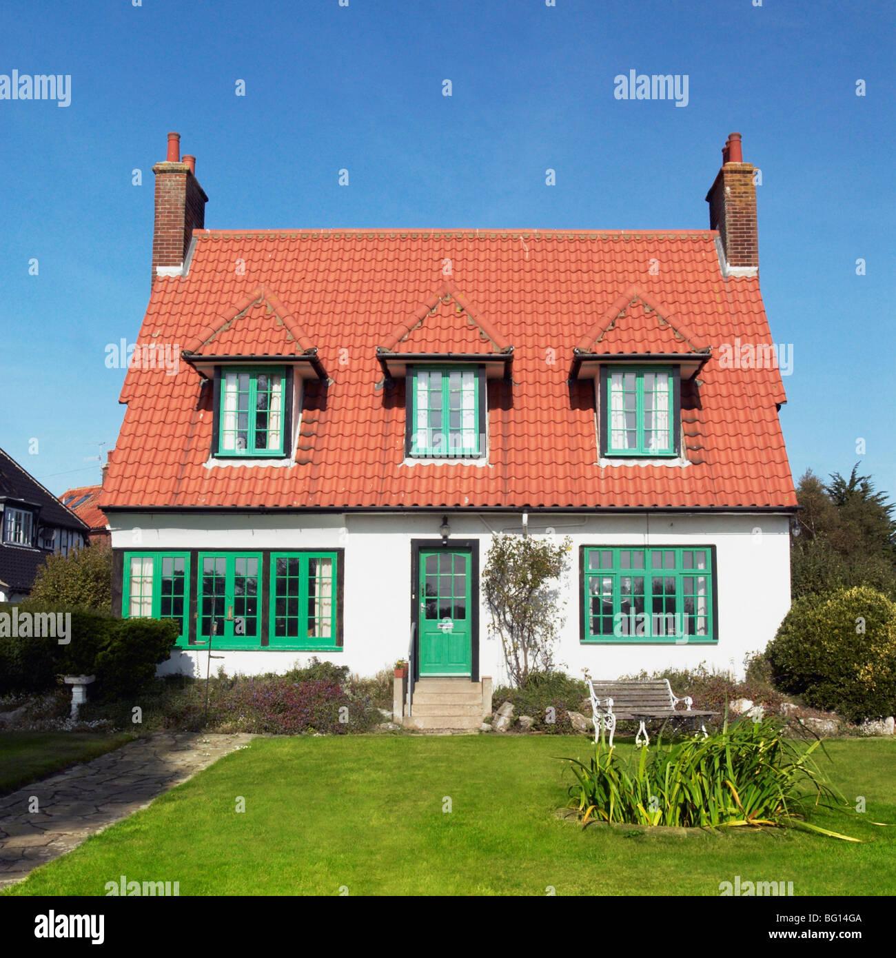 1920 Casa indipendente e giardino anteriore. Thorpeness, Suffolk, Regno Unito Foto Stock