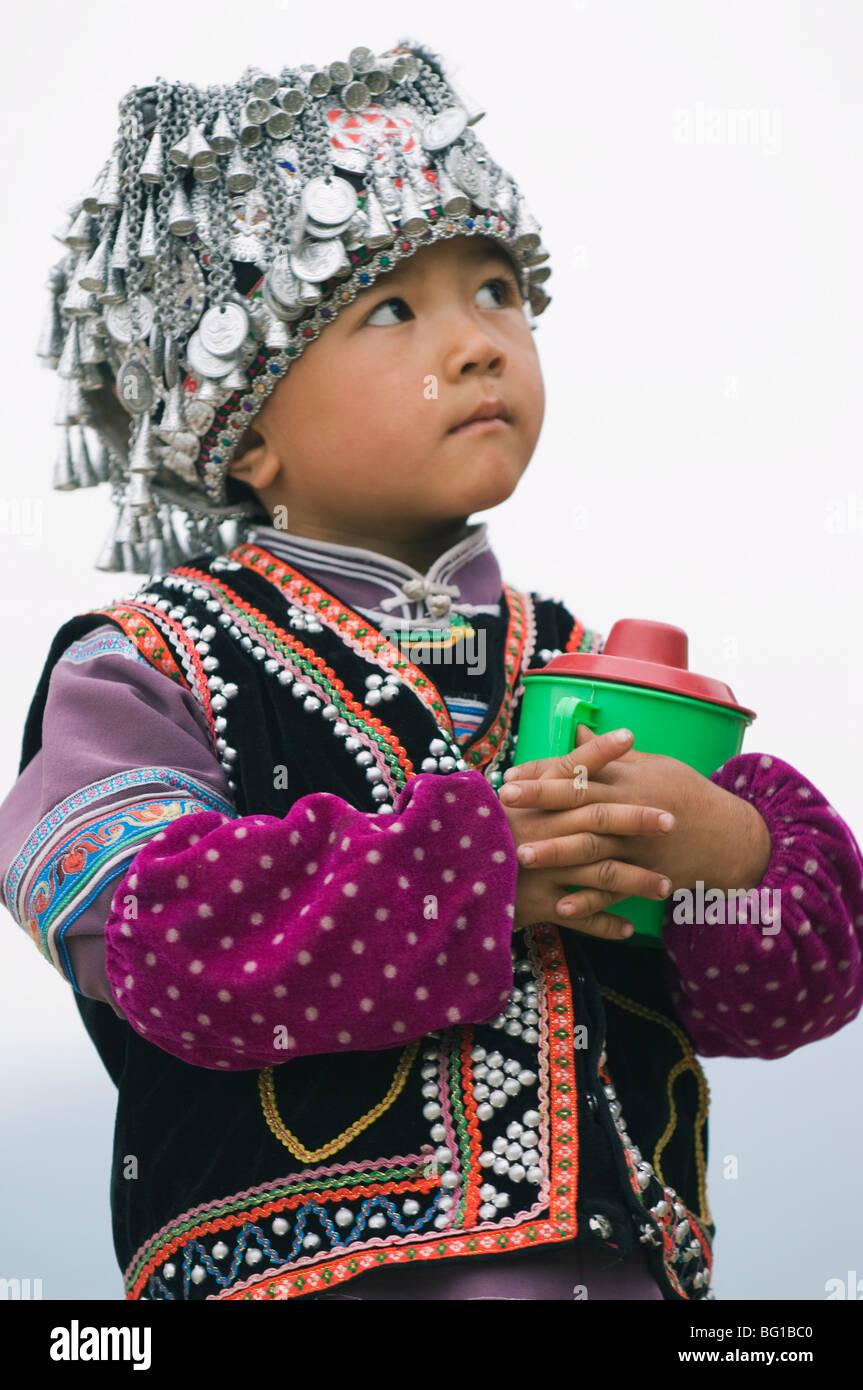 Un ragazzo vestito in minoranza Hani abbigliamento tradizionale, Yuanyang, nella provincia dello Yunnan in Cina Immagini Stock