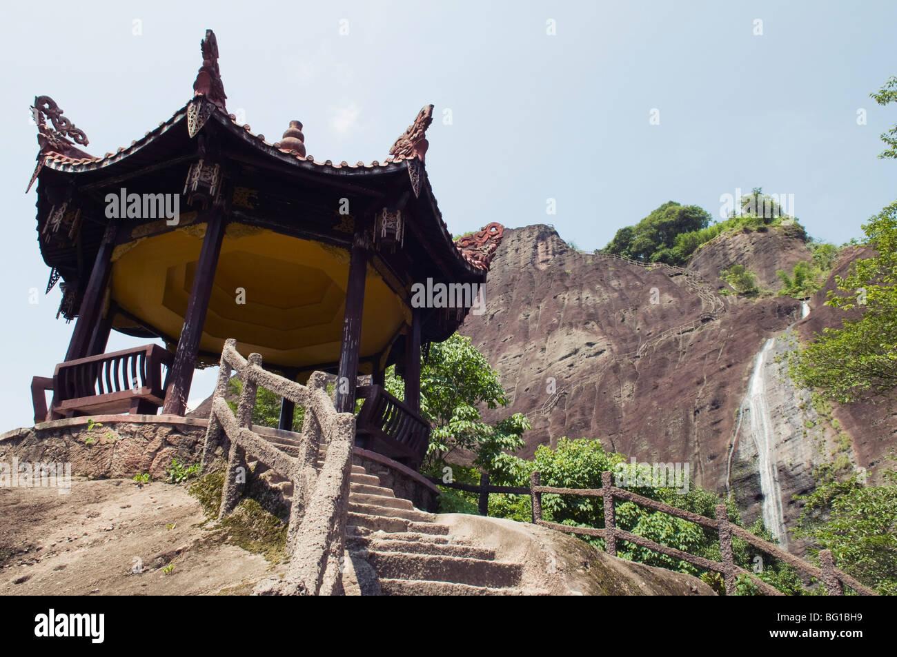 Pavilion e cascata a Tianyou Feng Tour celeste picco nel monte Wuyi National Park, UNESCO, provincia del Fujian, Immagini Stock