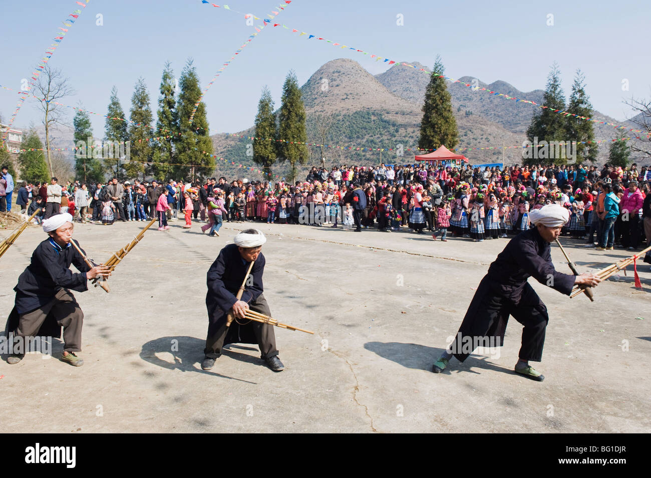 Gli uomini che giocano il lusheng a 4 guarnizioni Miao il nuovo anno lunare festival, Xinyao village, Guizhou, Cina Immagini Stock