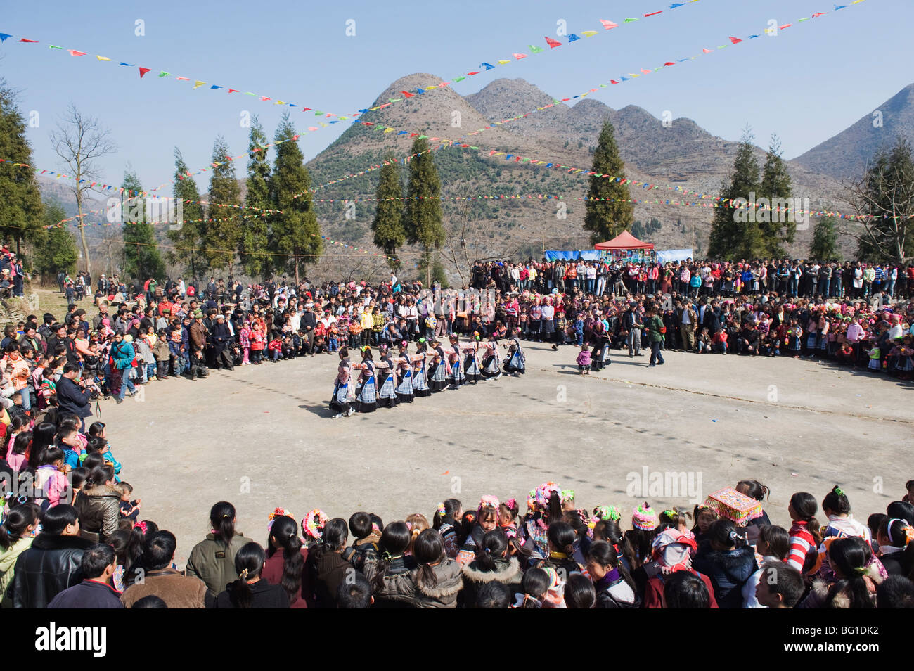 Dancing a 4 guarnizioni Miao il nuovo anno lunare festival, Xinyao village, Guizhou, Cina e Asia Immagini Stock