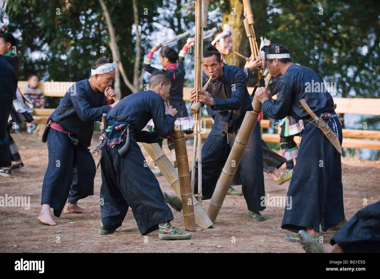 Miao minoranza etnica riproduzione di gruppi musicali tradizionali strumenti di bambù Al Basha, Guizhou, Cina Immagini Stock