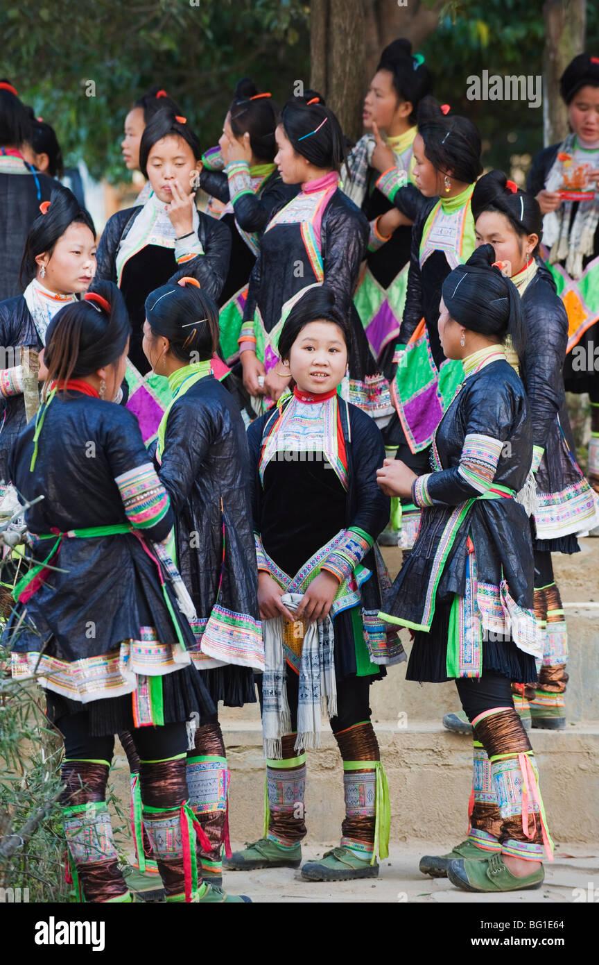 Miao minoranza etnica gruppo in abiti tradizionali Al Basha, Guizhou, Cina e Asia Immagini Stock