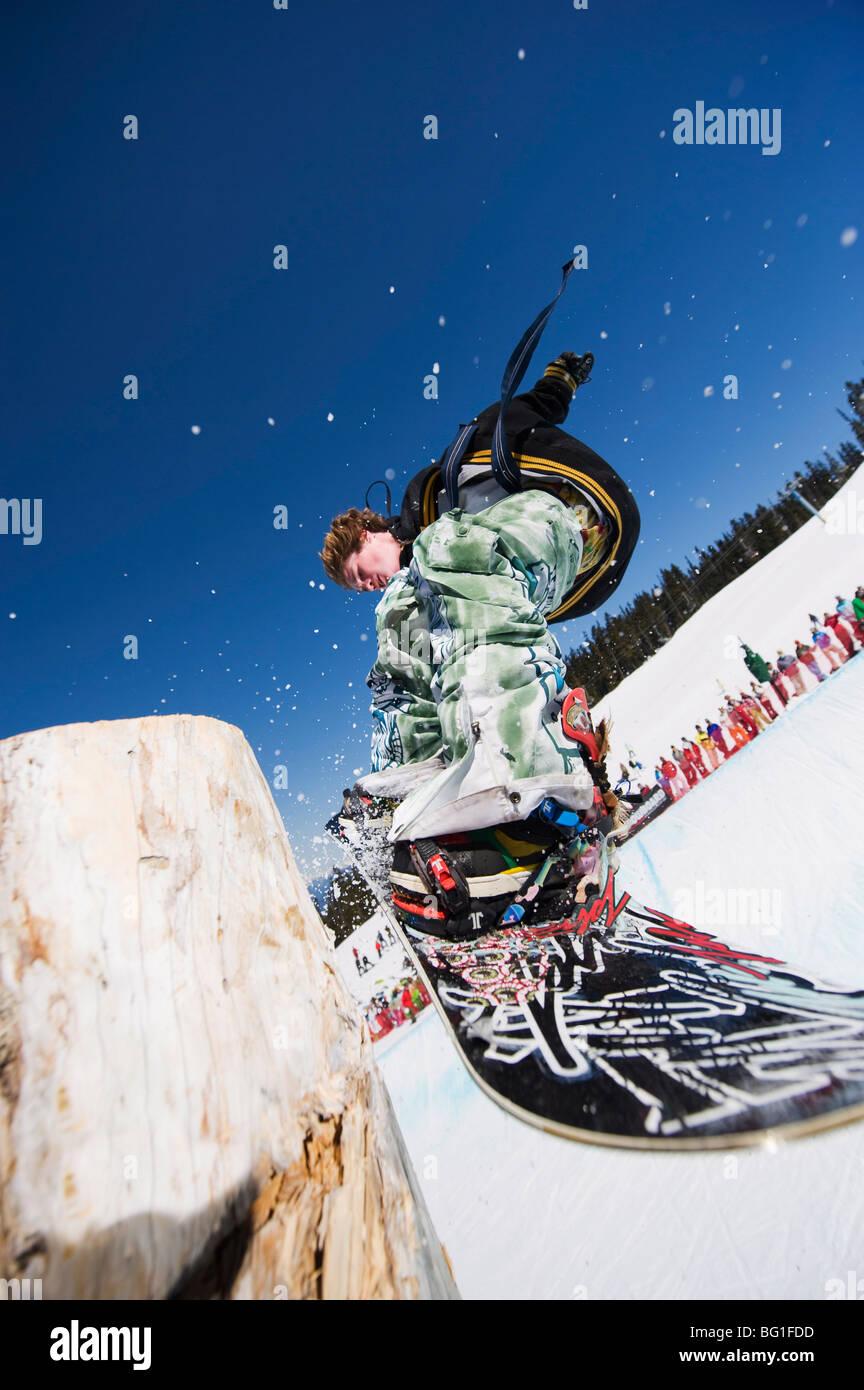 Snowboarder jumping, Telus Half Pipe competition 2009, Whistler Mountain, Olimpiadi Invernali 2010 venue, British Immagini Stock