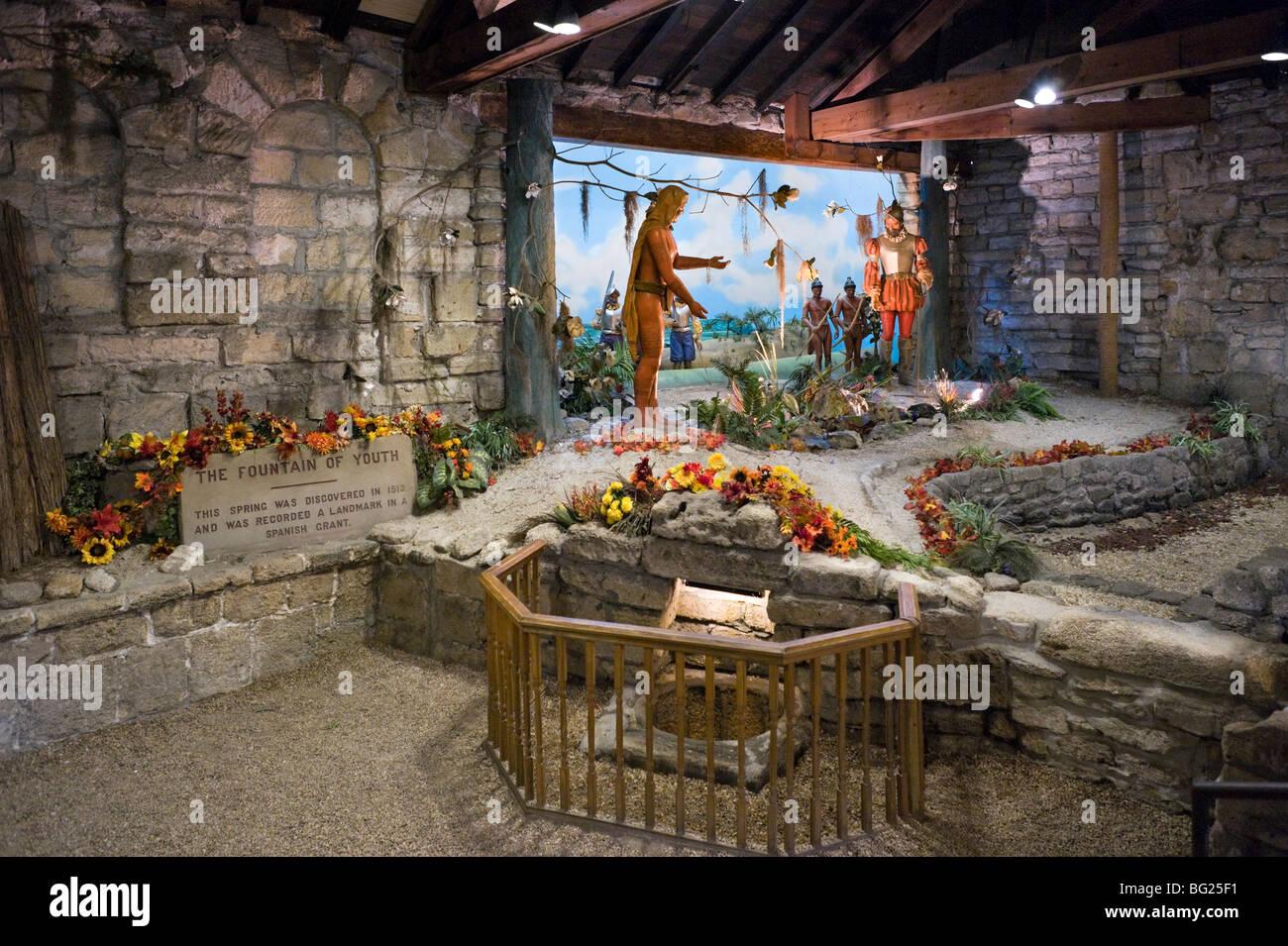 La fontana della giovinezza con un diorama di soldati spagnoli e indios dietro, St Augustine, Florida, Stati Uniti Immagini Stock