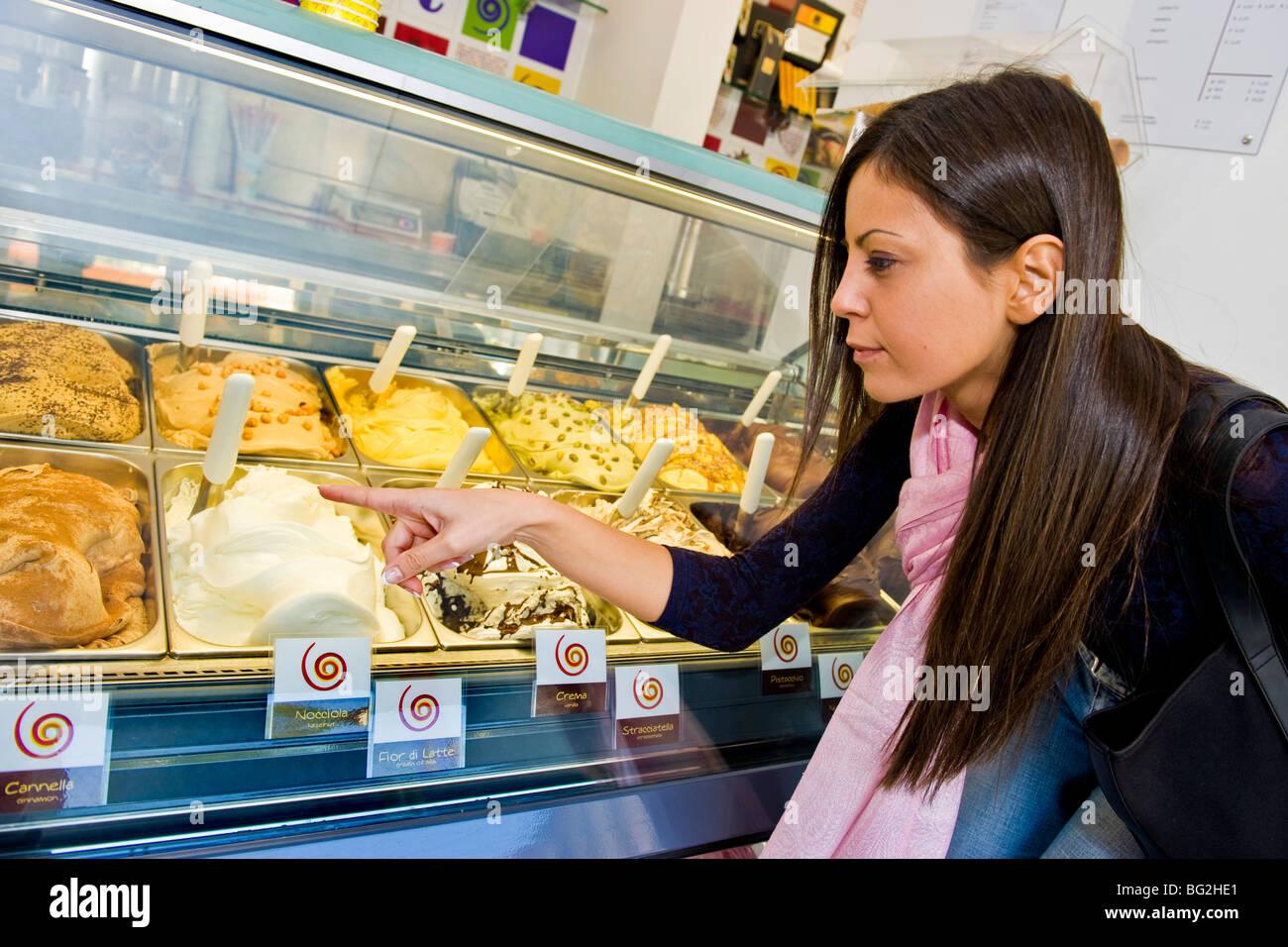 Ragazza in un negozio di gelato, Milano, Italia Immagini Stock