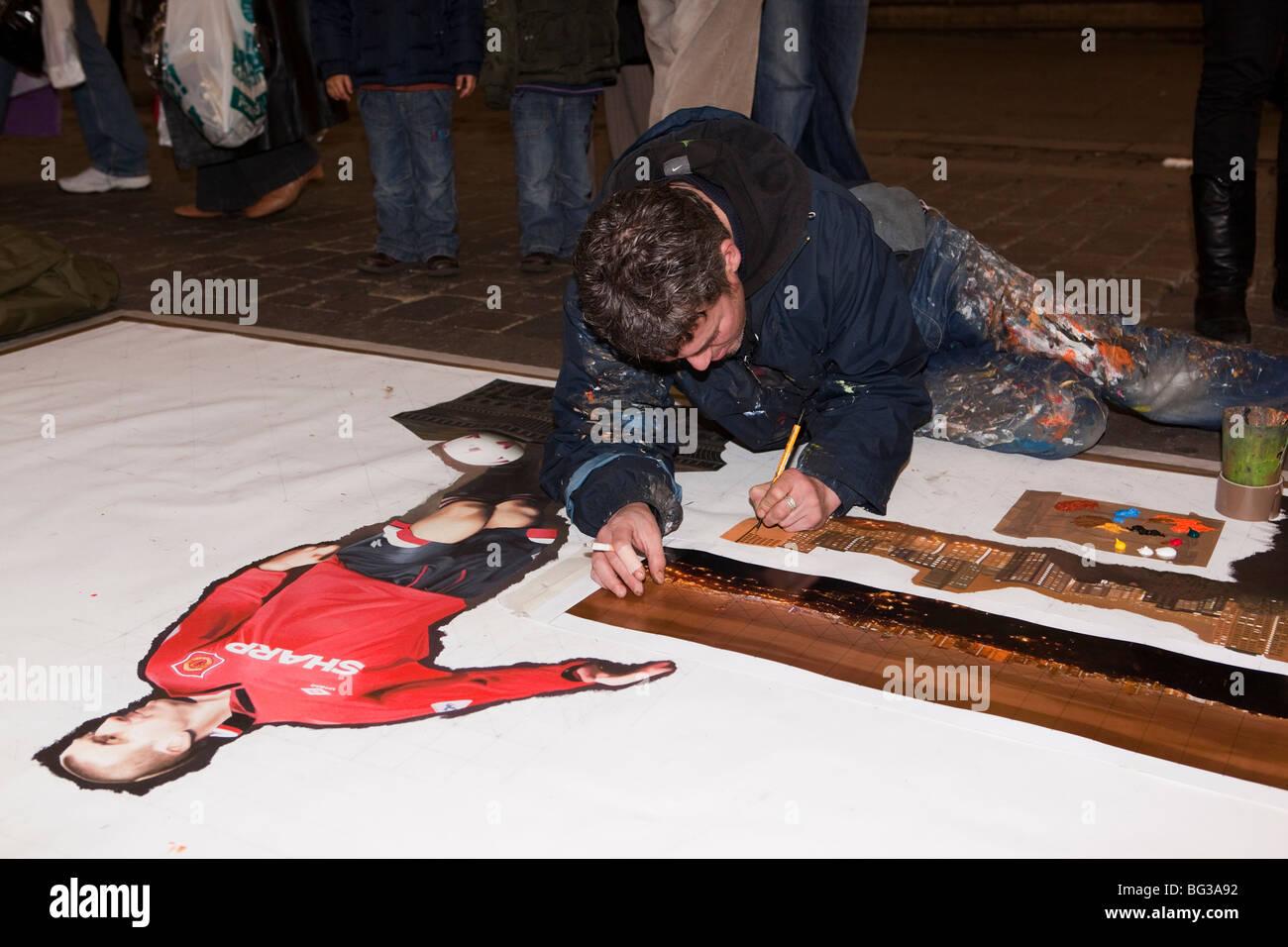 Regno Unito, Inghilterra, Manchester, Market Street, artista Anthony Debro lavorando su larga scala la verniciatura Immagini Stock