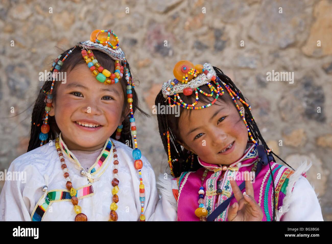 Le ragazze di traino della minoranza Naxi persone, Shangri-La, precedentemente Zhongdian, Shangri-La Regione, Provincia Immagini Stock