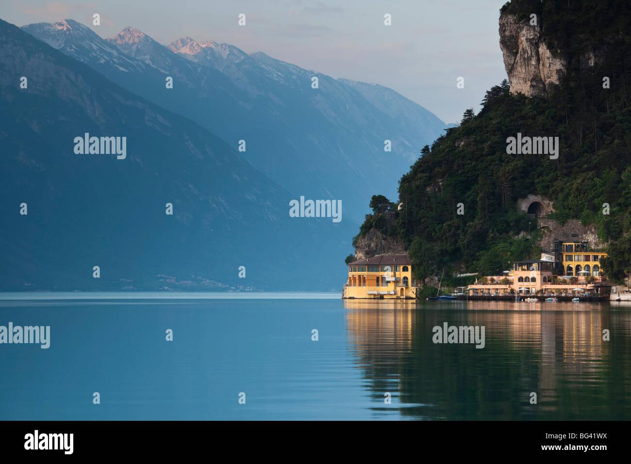 L'Italia, Trentino Alto Adige, il distretto dei laghi, il Lago di Garda, Riva del Garda, Hotel Excelsior a la Immagini Stock