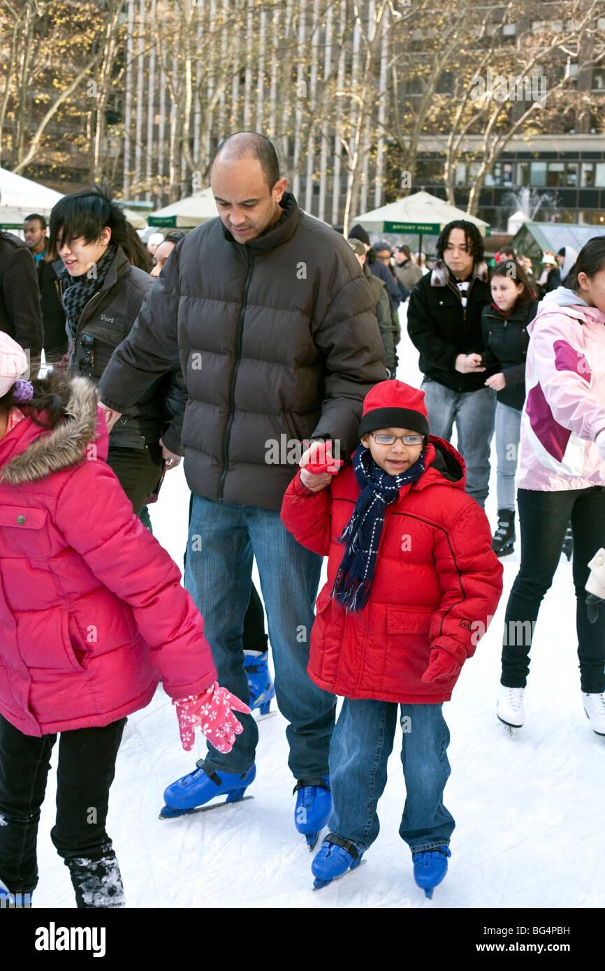 Little Girl lost in wonder aggrappandosi saldamente al papà in mano come si struttura di pattino nella folla multiculturale Foto Stock