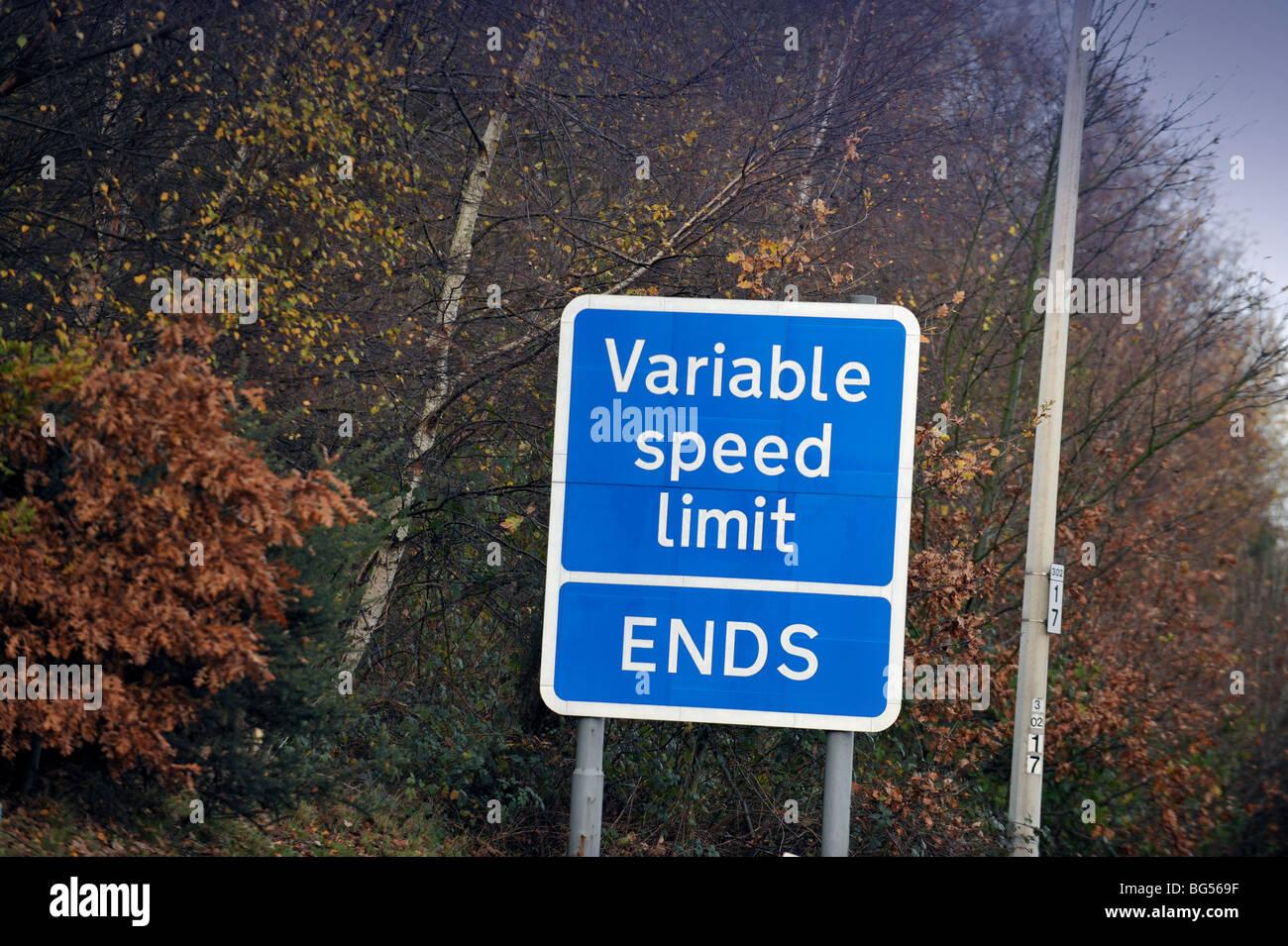 Regno Unito autostrada sighn avvertimento, velocità variabile limite termina Immagini Stock