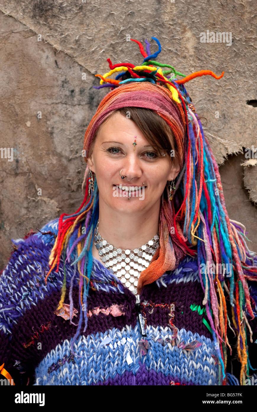 7df1043f13ed Giovane donna Hippy con multi capelli colorati e abbigliamento alternativo  modello completamente rilasciato