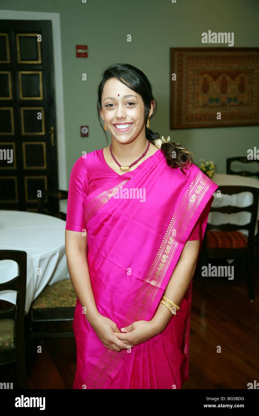 Indiano attraente ragazza adolescente di età di età compresa tra 18 anni indossando un sari rosa Immagini Stock