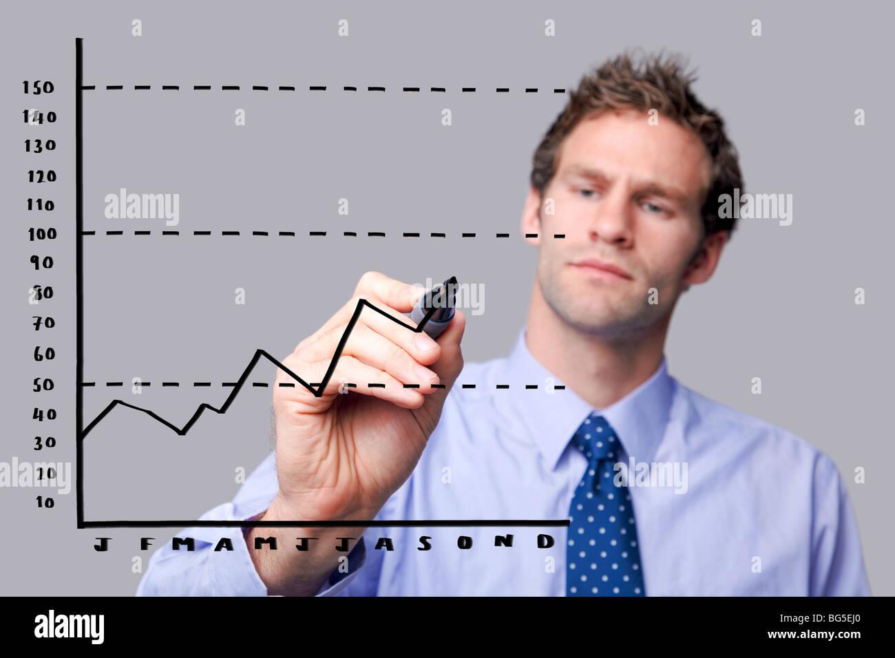 Imprenditore il disegno di un grafico su uno schermo di vetro Immagini Stock