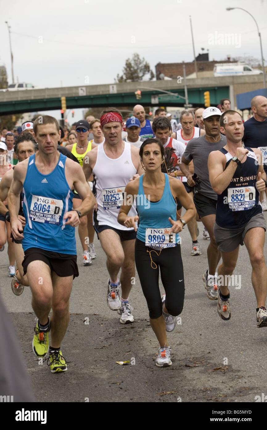 2009 New York City Marathon: Runner facciano la loro strada verso il basso 4th Ave a Brooklyn durante la prima manche Immagini Stock