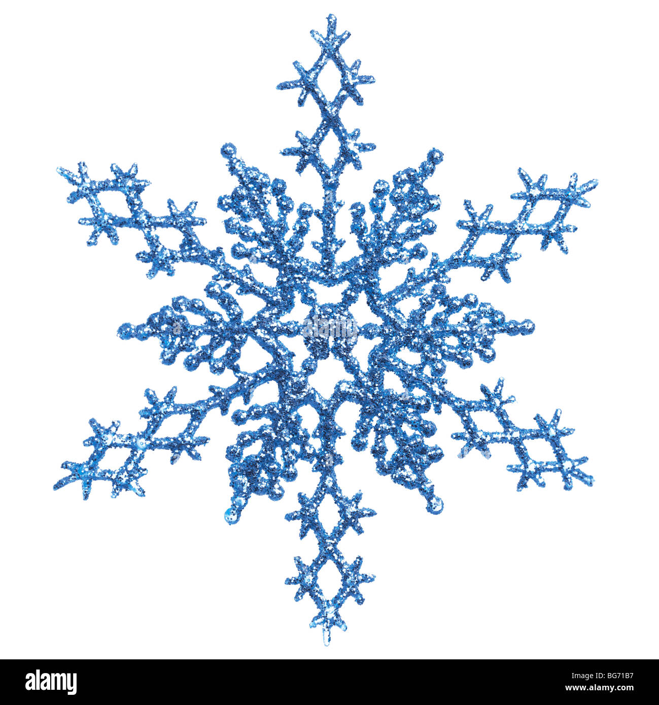 Blu brillante ornamento fiocco di neve Decorazione per albero di Natale isolato su sfondo bianco Immagini Stock
