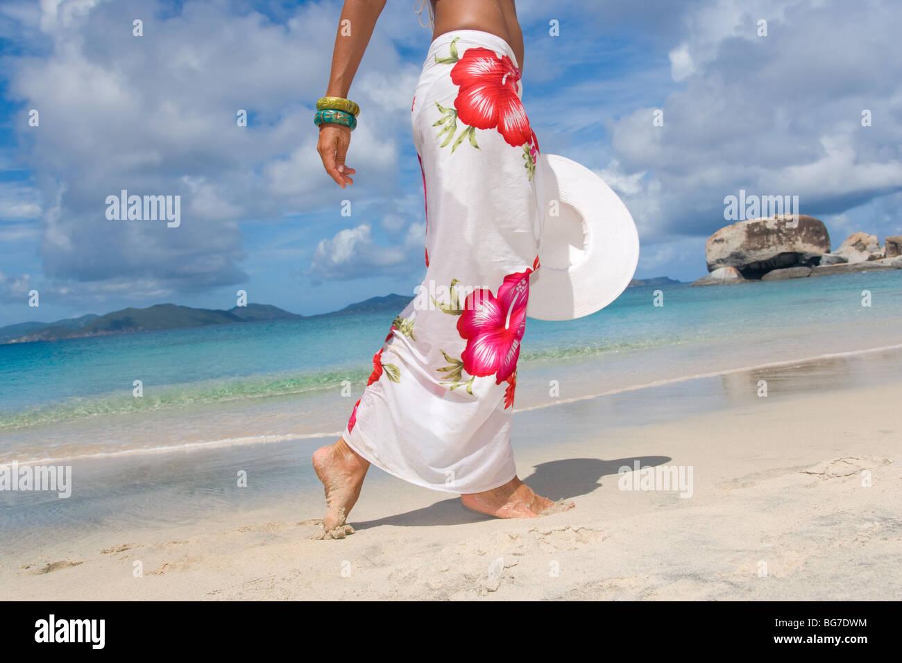 Donna sarong sulla spiaggia con cappello bianco Immagini Stock