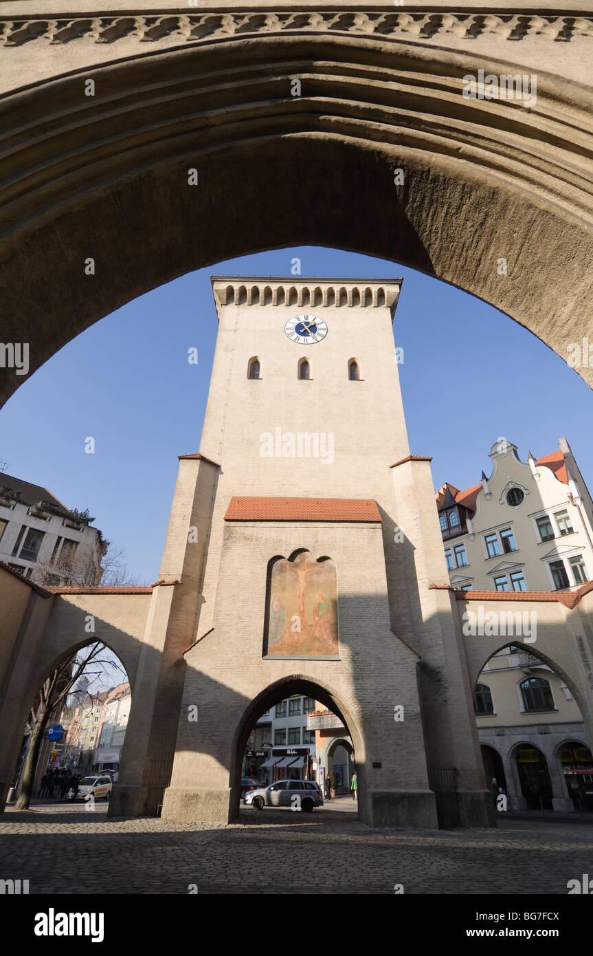 Isartor - iconico gate, e la casa di Valentin Karlstadt Museum di Monaco di Baviera, Germania. Foto Stock