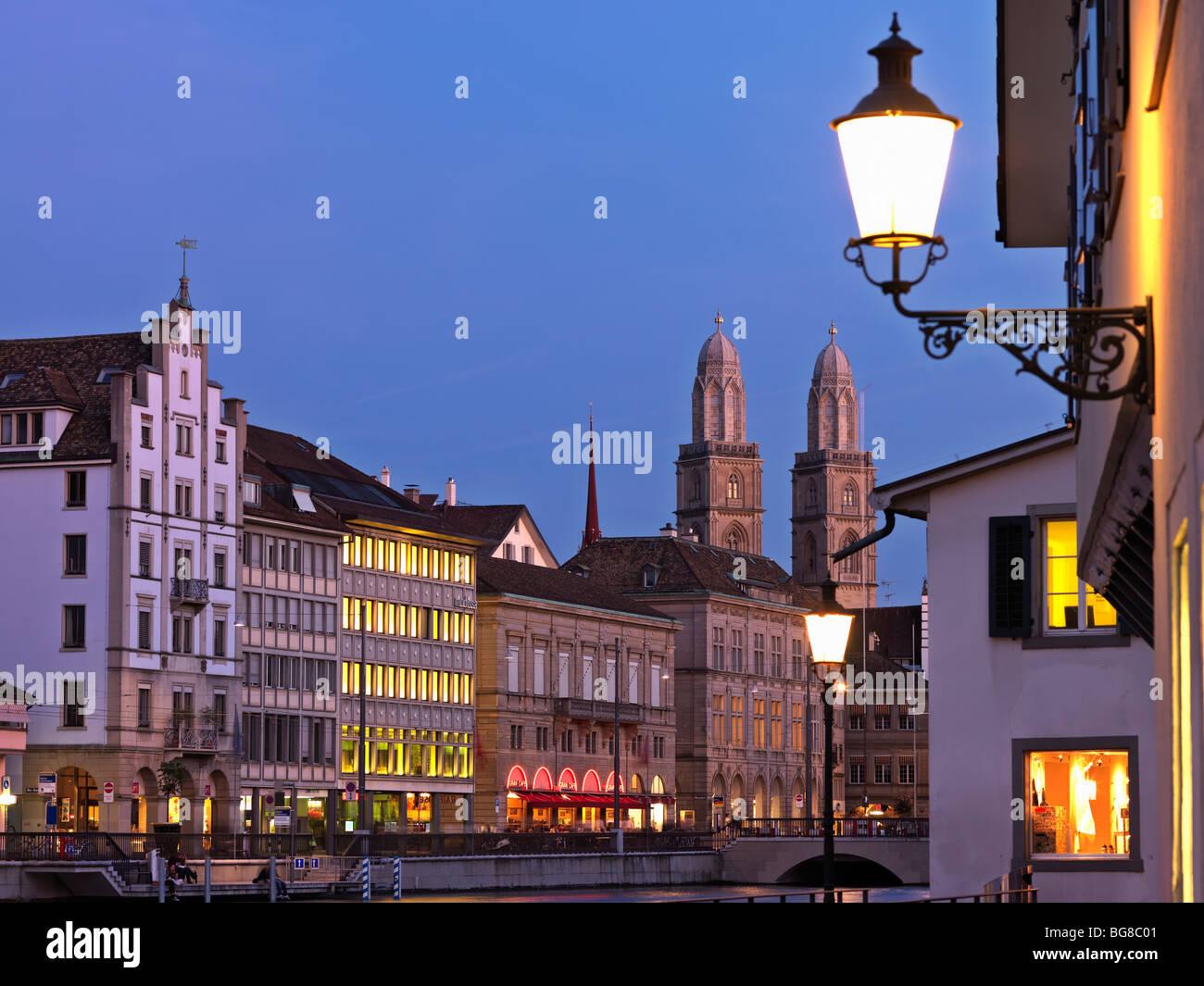 Svizzera, Zurigo,città vecchia di Zurigo e limmat davanti con grossmunster chiesa al crepuscolo Immagini Stock
