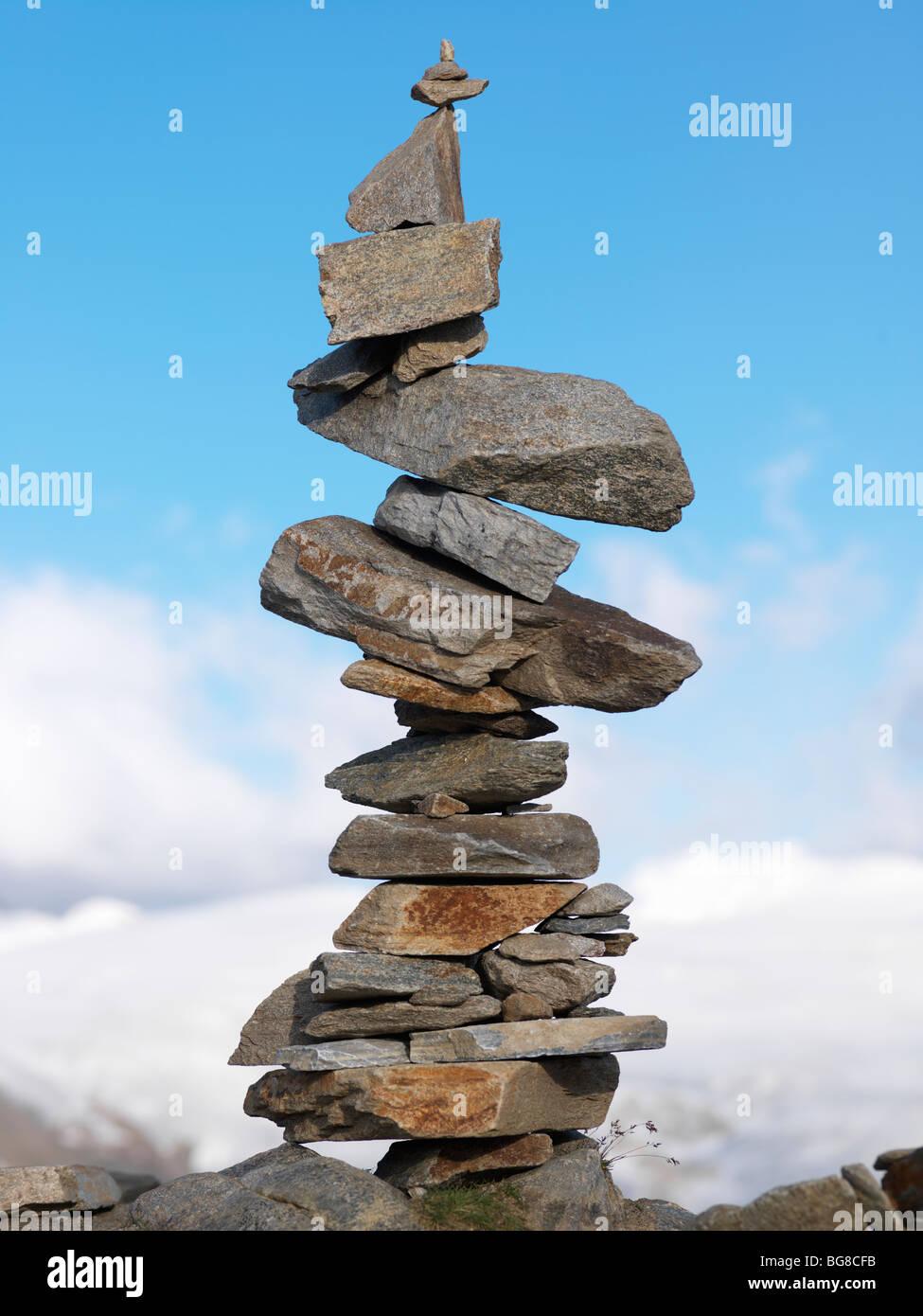 La Svizzera, Vallese, Zermatt, Gornergrat,un cairn equilibrato di rocce Immagini Stock
