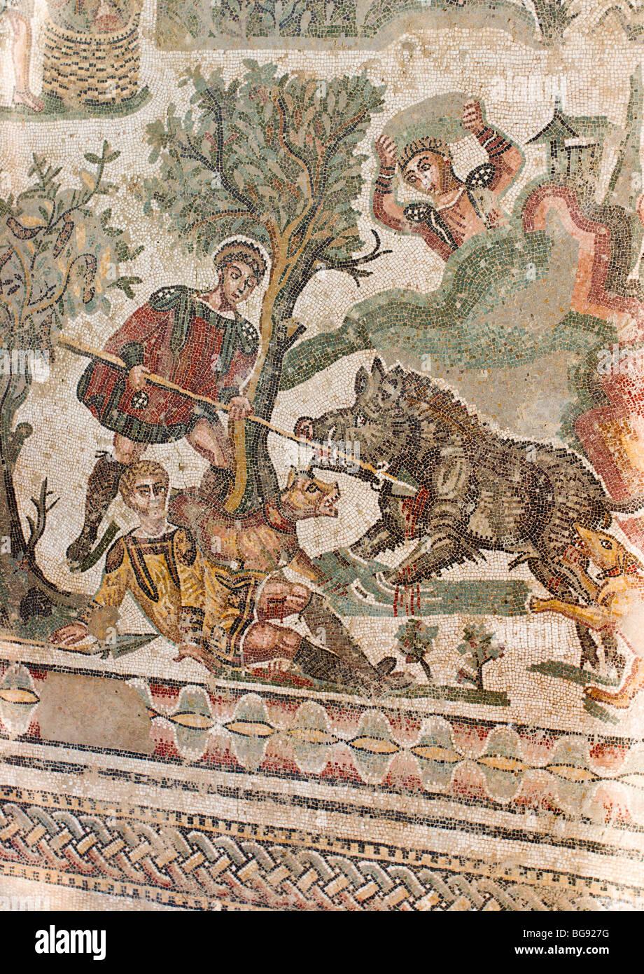 Il Cinghiale mosaico di suoneria particolare. Un uomo solleva una roccia alta sopra la sua testa per colpire un Immagini Stock