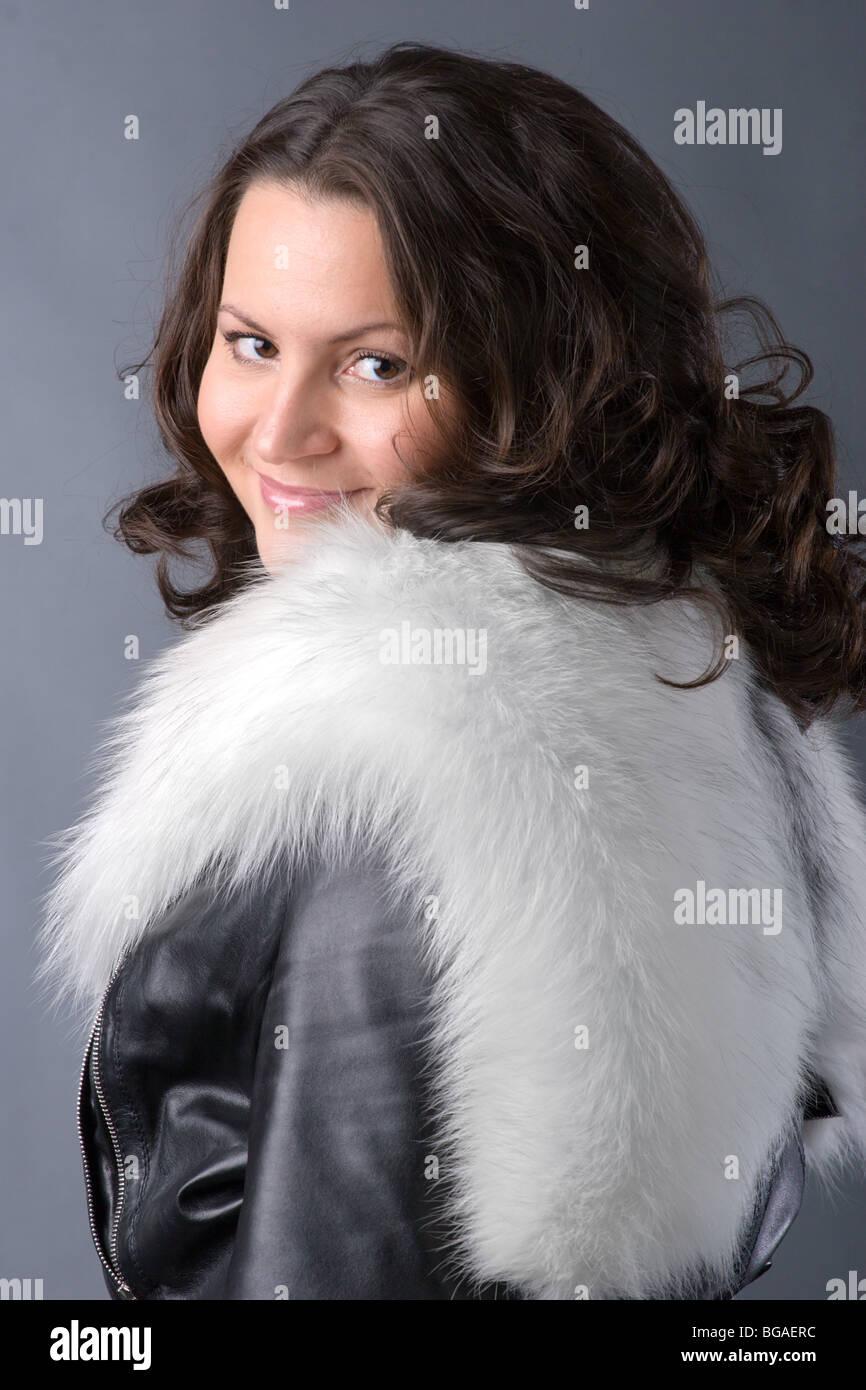 new product 7d5df 98737 Bella donna di parka nero con pelliccia bianca su sfondo blu ...