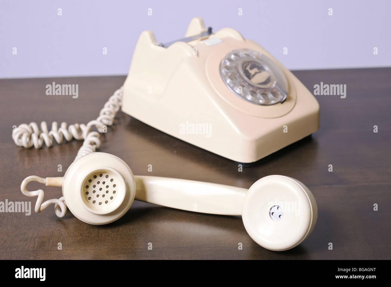 Spaccato Di Un Retrò Colore Avorio Telefono Su Sfondo Bianco Foto