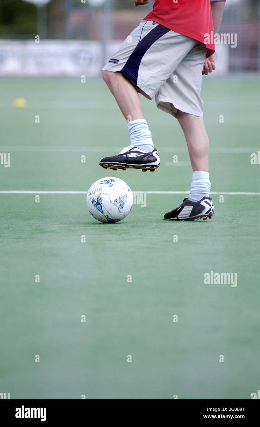 Fotografia del calcio immissione dribbling studente astro turf sfera Immagini Stock